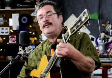 The Larry Keel Experience perform 'Little Miss Can't Be Wrong'