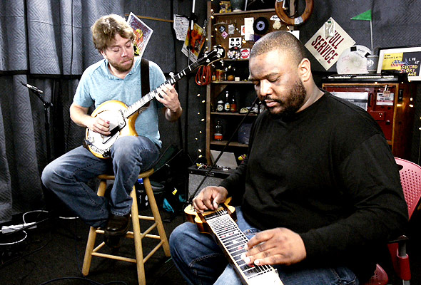 Roosevelt Collier & Andy Thorn perform 'Fiddlin' Around'